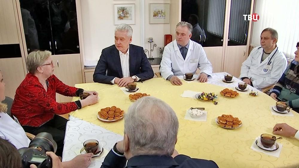Сергей Собянин общается с врачами поликлиники