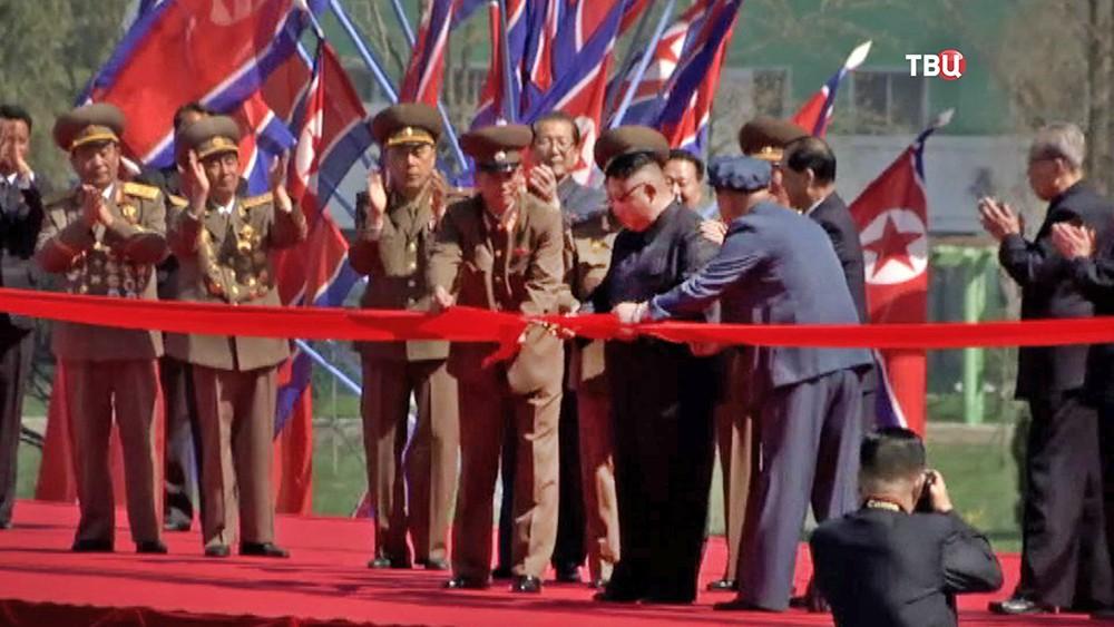 Ким Чен Ын перерезает красную ленту