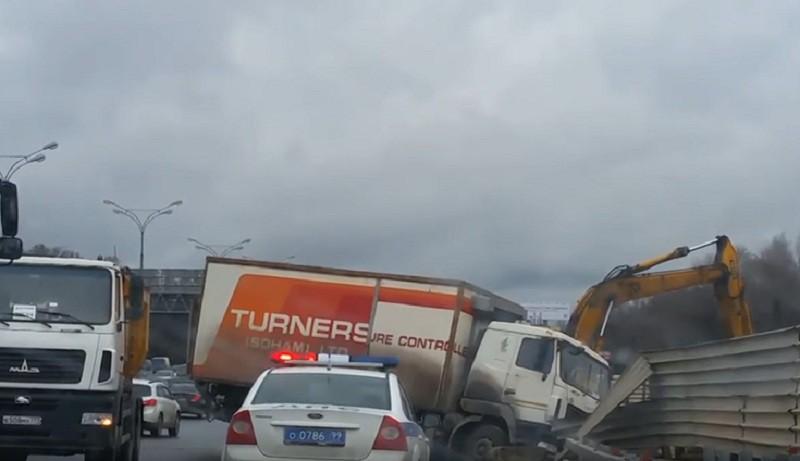 ДТП с участием грузовика на МКАД