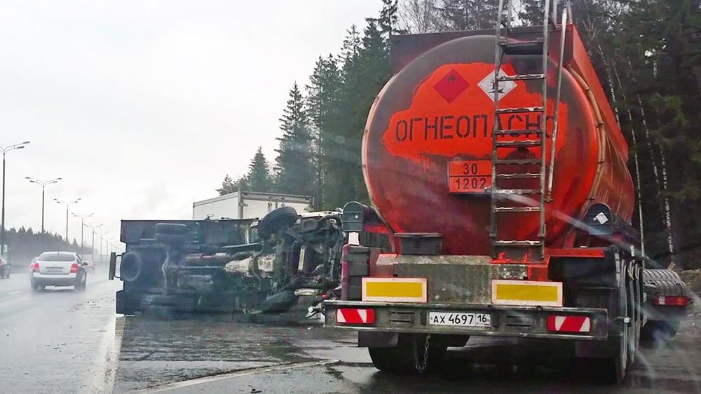 Последствия ДТП с участием автофургона и бензовоза
