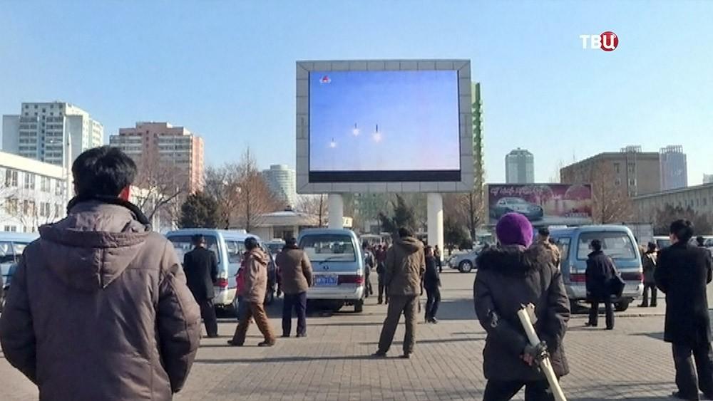 Жители КНДР наблюдают за полетом ракет