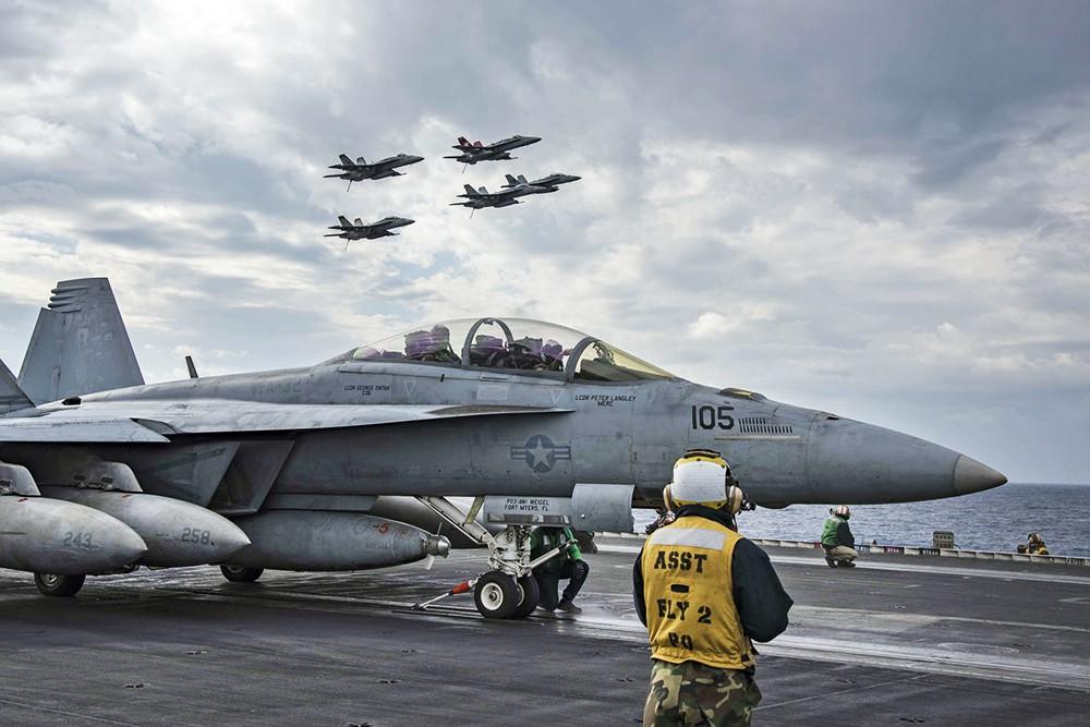 Взлет истребителей с палубы авианосца США