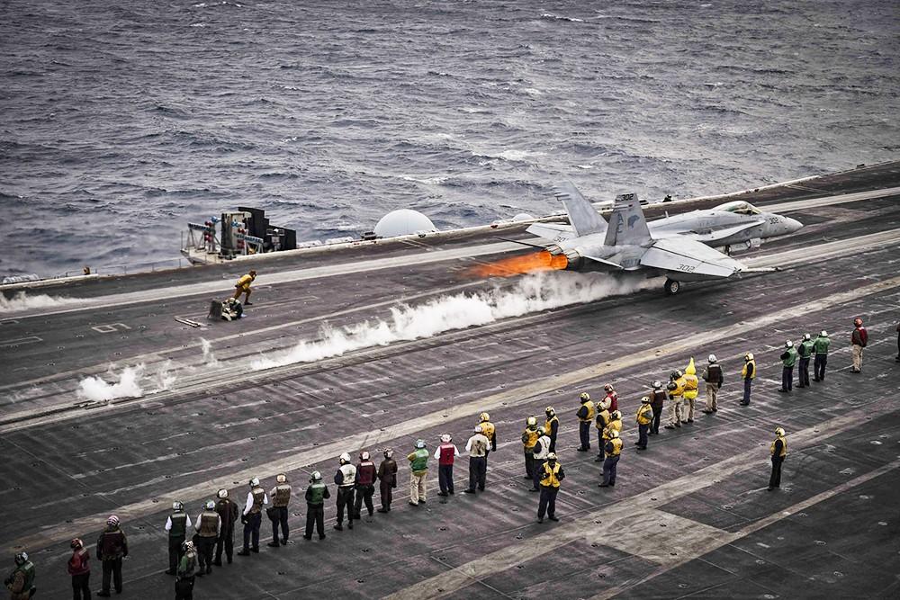 Истребители ВВС США на палубе авианосца
