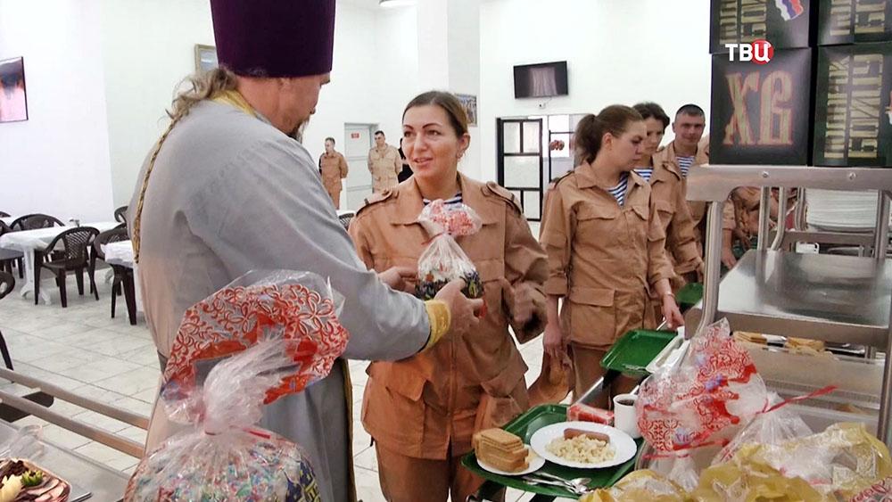 Российским военным в Сирии привезли пасхальные куличи