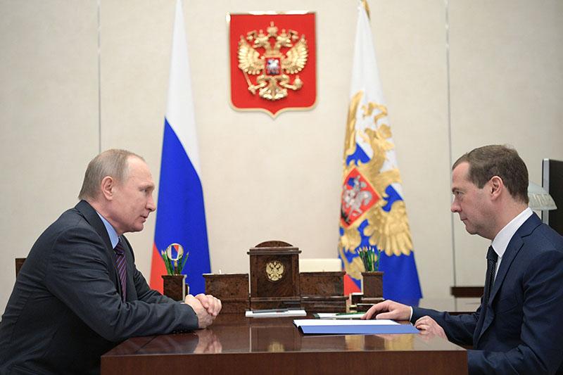 Президент России Владимир Путин и председатель правительства Дмитрий Медведев во время встречи