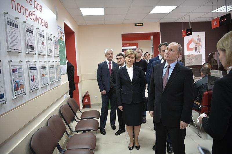 Владимир Путин во время посещения МФЦ в Великом Новгороде