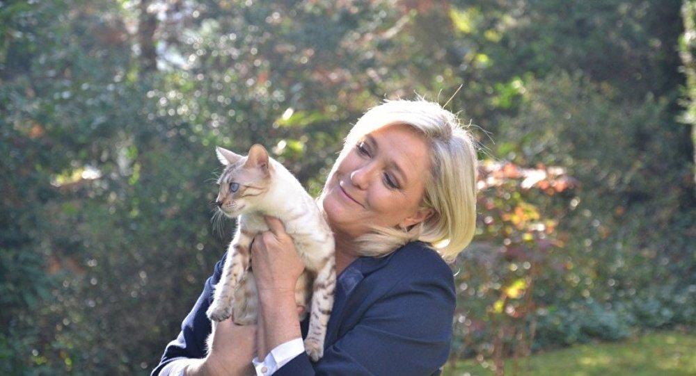 Марин Ле Пен с кошкой