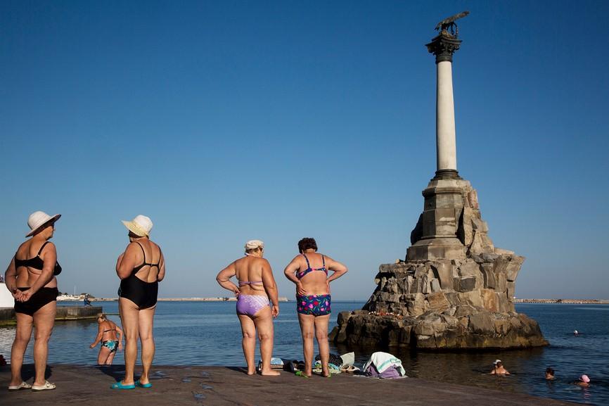 Женщины загорают на набережной Севастополя