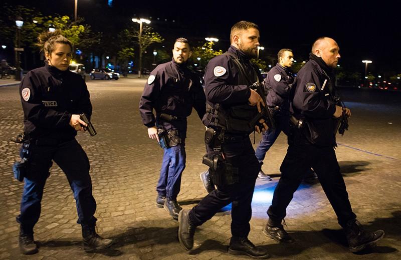 Сотрудники полиции патрулируют улицы неподалеку от места перестрелки в Париже