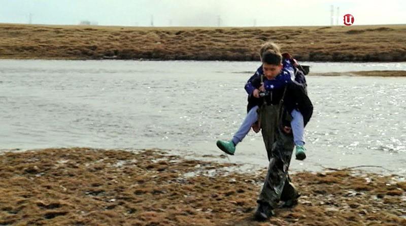 Школьники переходят реку