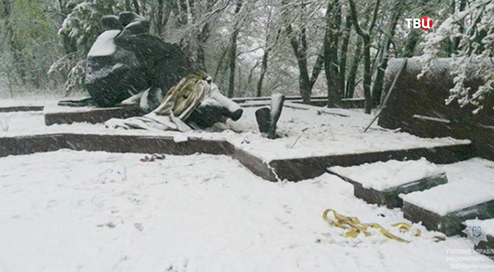 Разрушенный памятник Неизвестному офицеру в Днепропетровской области