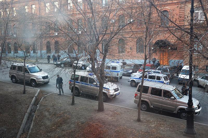 Автомобили полиции у здания приемной УФСБ России по Хабаровскому краю