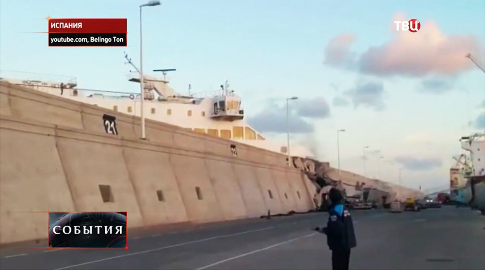 Пассажирский паром протаранил пристань