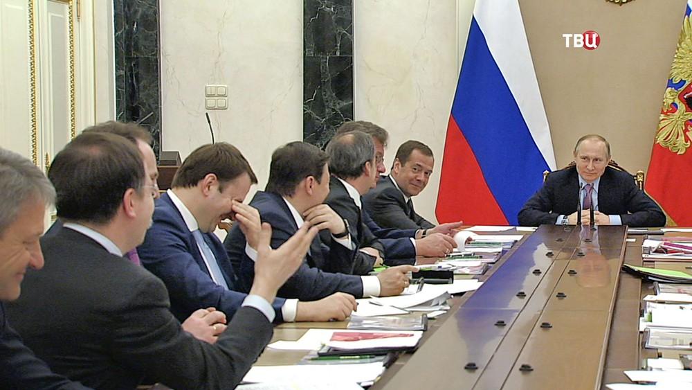 Владимир Путин слушает доклад Владимира Мединского