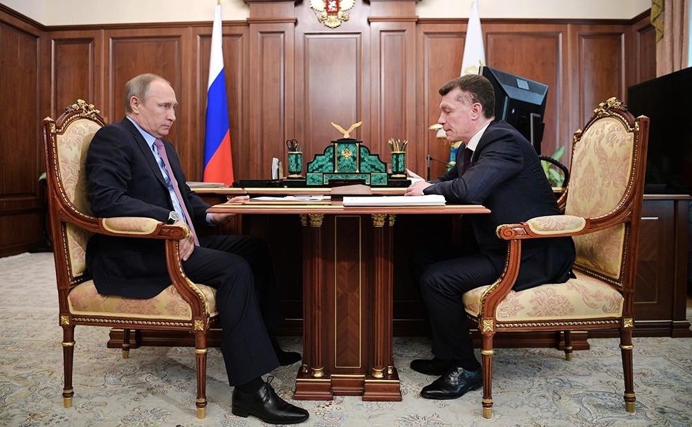 Президент России Владимир Путин и министр труда и социальной защиты Максим Топилин