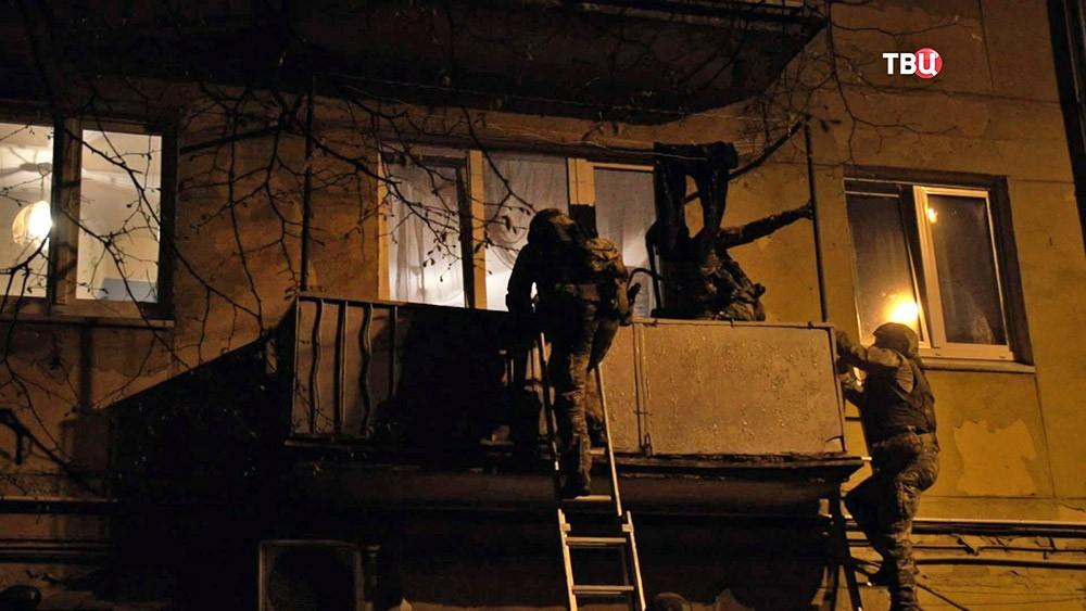 Бойцы ФСБ проводят штурм