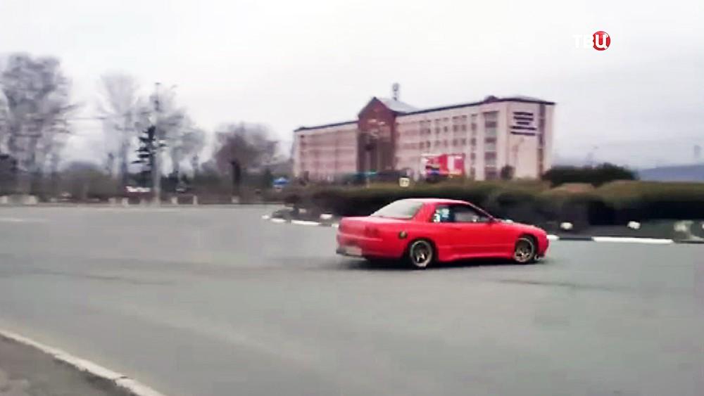 Лихач устроил дрифт на дороге во Владивостоке