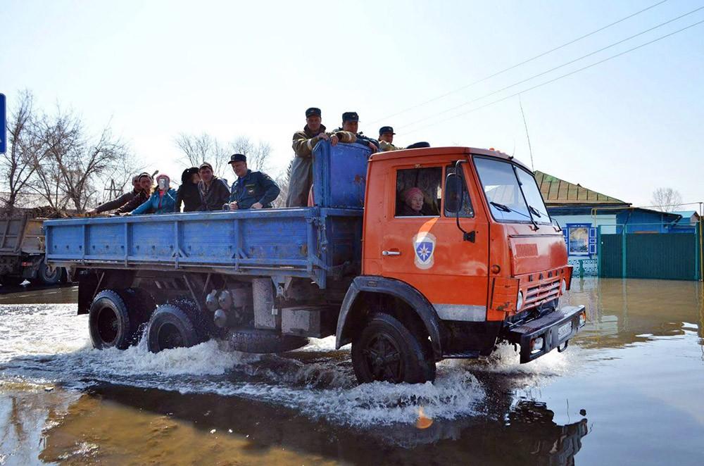 Спасатели МЧС эвакуируют жителей из зоны паводков