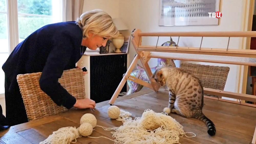 Марин Ле Пен с кошками