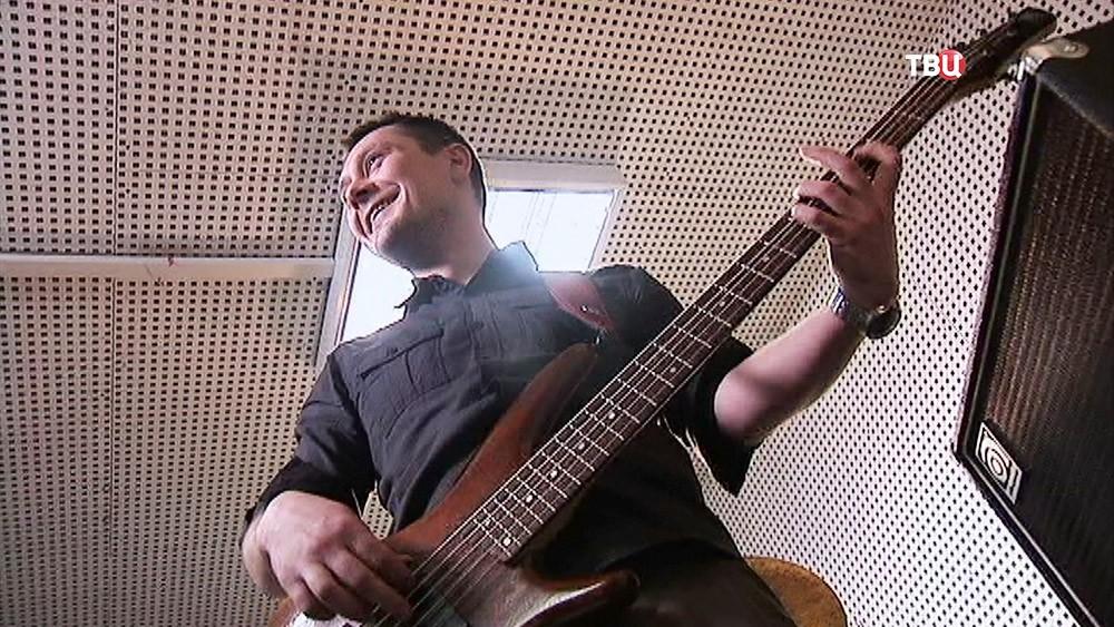 Пожарный Павел Киреев играет в музыкальной группе на гитаре