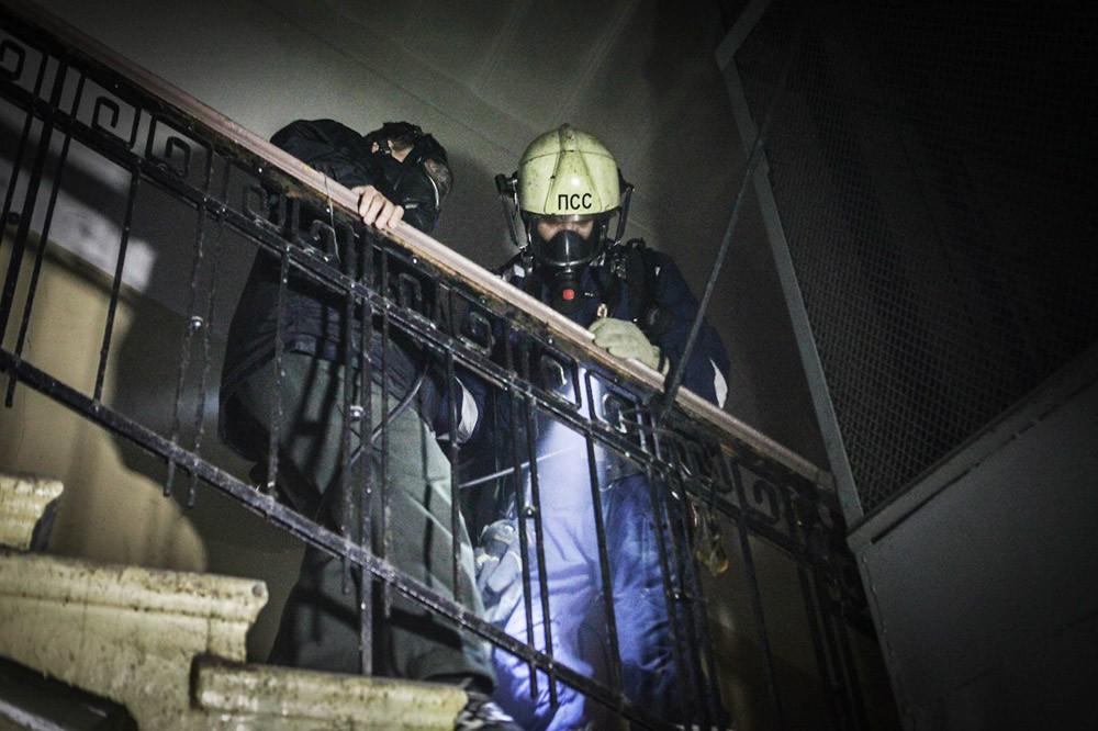 Спасатели МЧС проводят эвакуируют жителей из дома