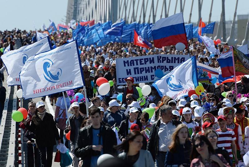 Участники первомайской демонстрации на Золотом мосту во Владивостоке