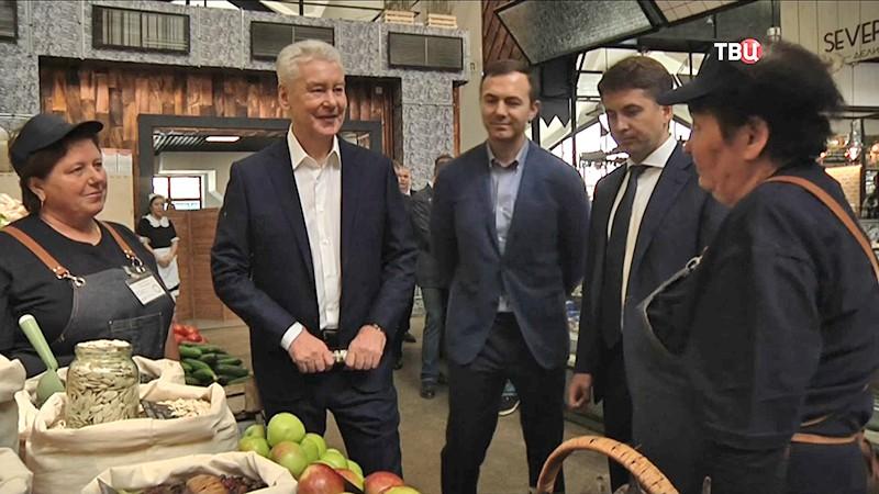 Сергей Собянин осматривает рынок