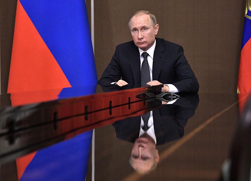 Президент России Владимир Путин во время видеоконференции по вопросам ликвидации последствий природных пожаров
