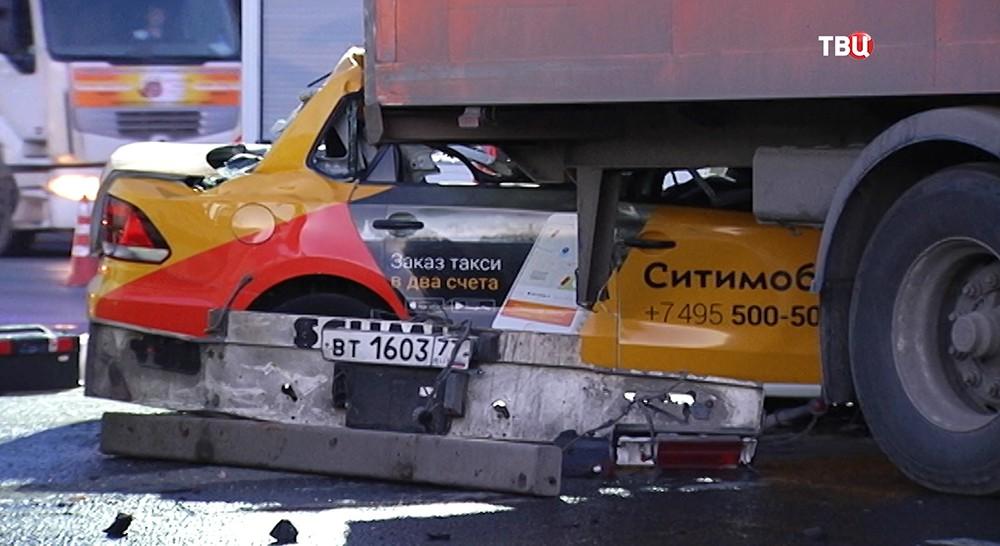 ДТП с участием фуры и такси на МКАД