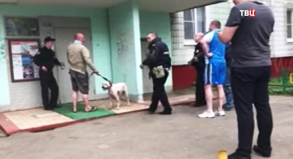 Хозяин собаки во время общения с полицейскими