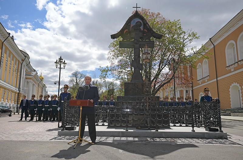 Президент России Владимир Путин на церемонии открытия у Никольской башни Кремля креста в память о князе, генерал-губернаторе Москвы в 1891 - 1905 годах Сергее Александровиче