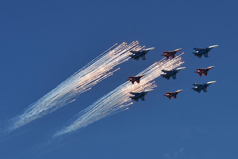 """Многоцелевые истребители Су-30СМ пилотажной группы """"Русские Витязи"""" и МиГ-29 пилотажной группы """"Стрижи"""""""