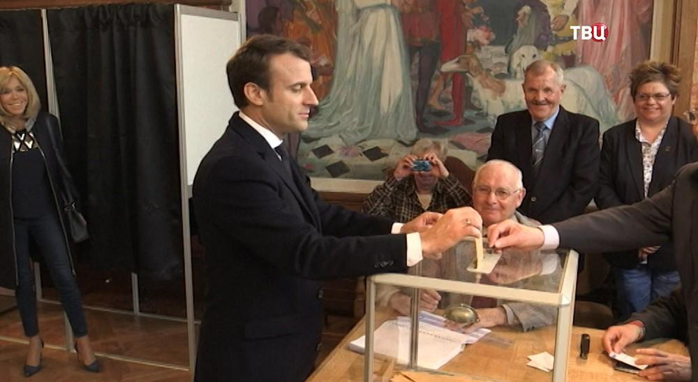 Эмманюэль Макрон во время голосования