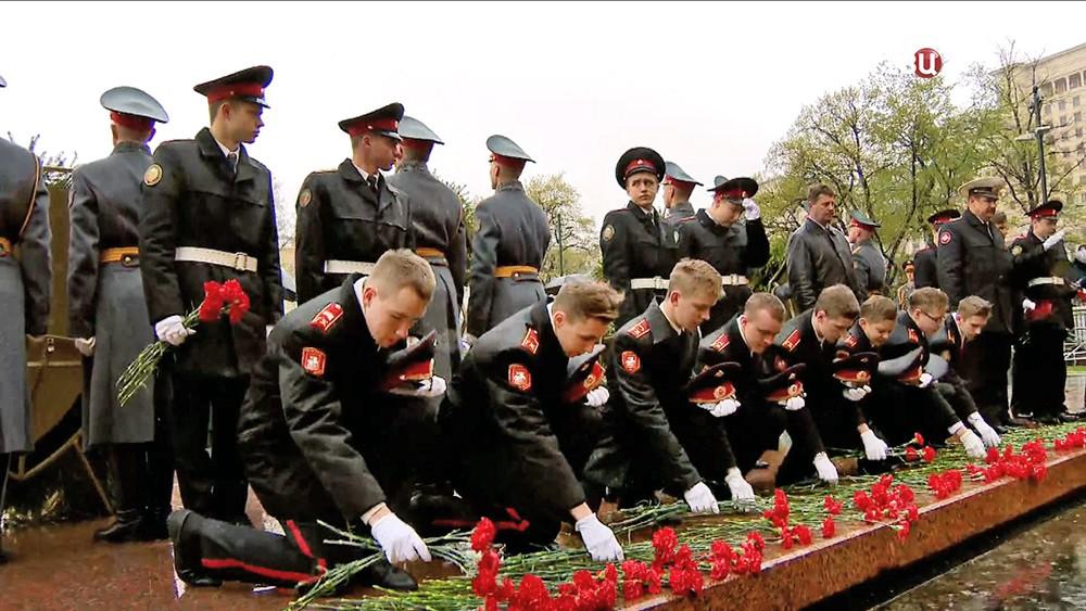 Кадеты возлагают цветы к Могиле Неизвестного Солдата