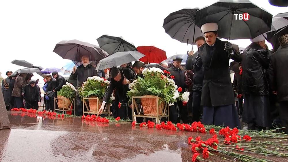 Церемония возложения цветов к памятнику маршалу Жукова