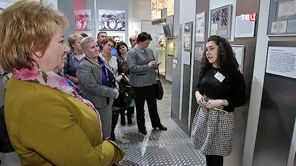 Экскурсовод музея современной истории России