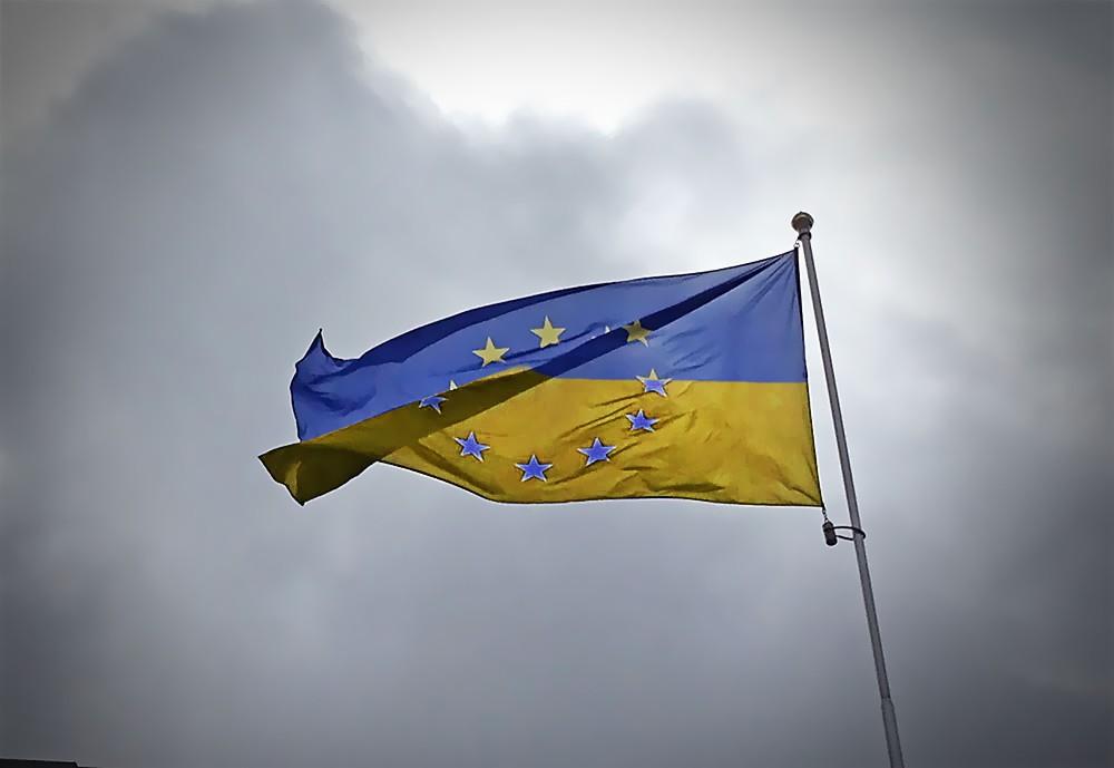 Гибрид флагов Евросоюза и Украины