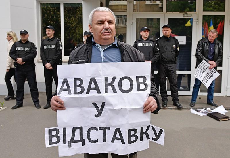 Участник акции протеста с требованием отставки главы МВД Арсена Авакова у здания министерства внутренних дел Украины в Киеве