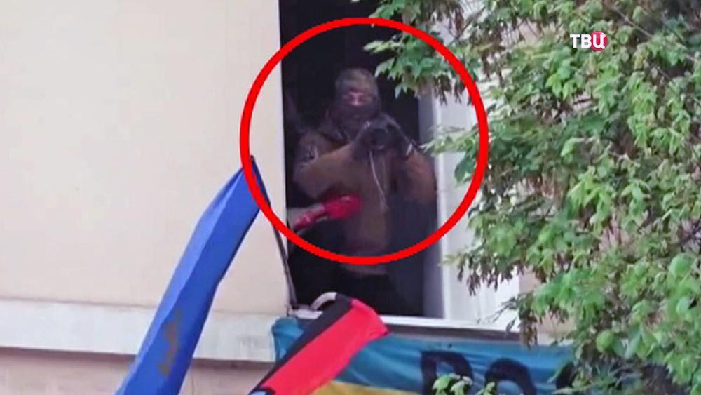 """Украинский радикал целится из гранатомета по участникам акции """"Бессмертный полк"""""""