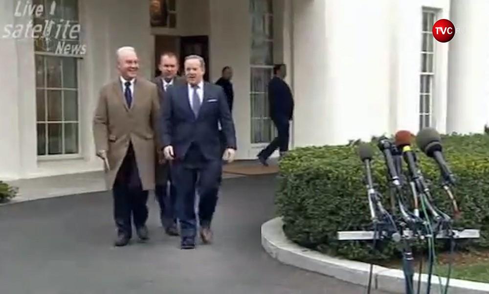 Пресс-секретарь президента США Шон Спайсер в разных ботинках
