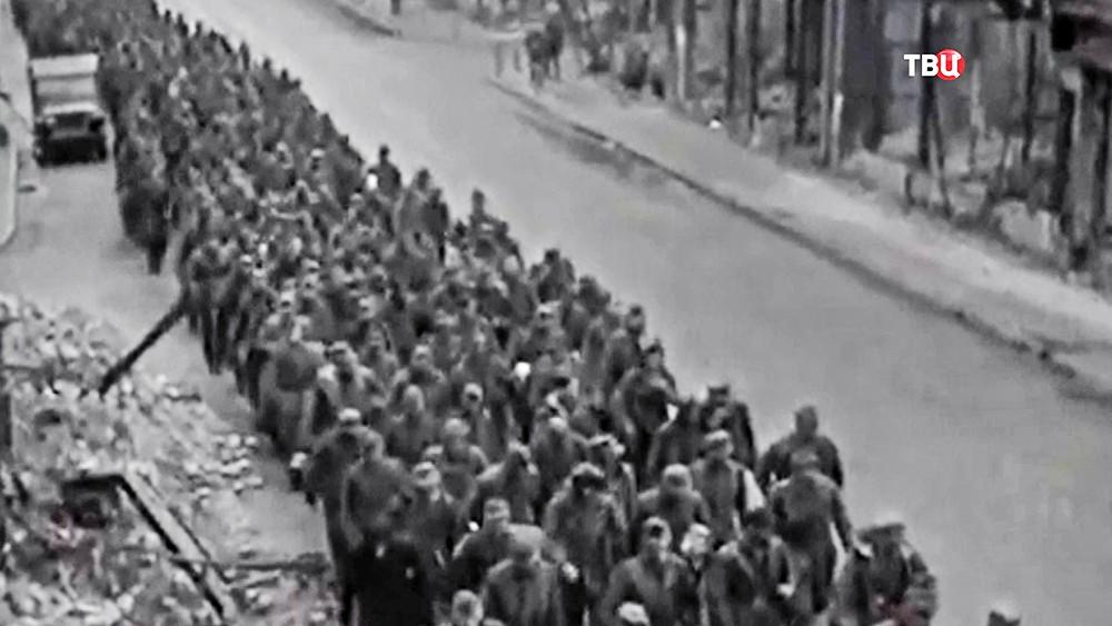 Военнопленные немцы идут по разрушенному Берлину