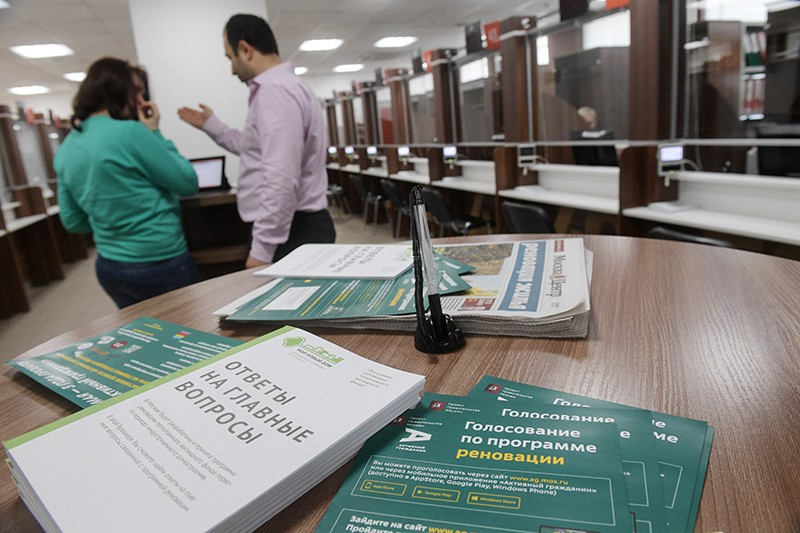 Брошюры в информационном центре голосования по реновации