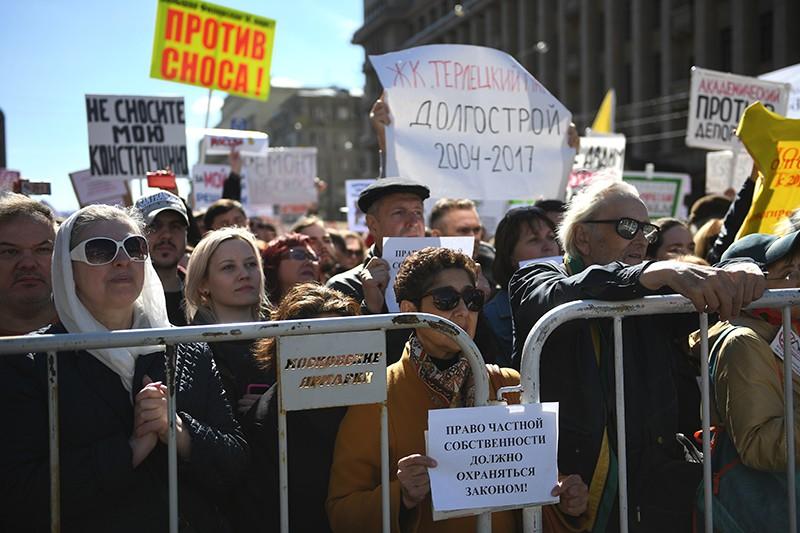 Участники митинга на проспекте Академика Сахарова против сноса пятиэтажек в Москве