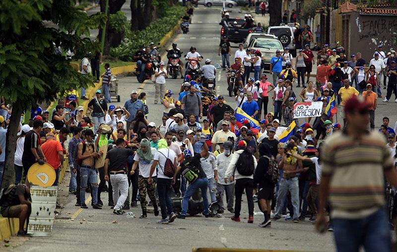 ВВенесуэле милиция намитинге протеста застрелила 18-летнего молодого человека