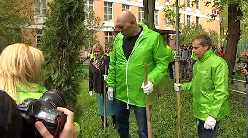 Николай Валуев сажает деревья