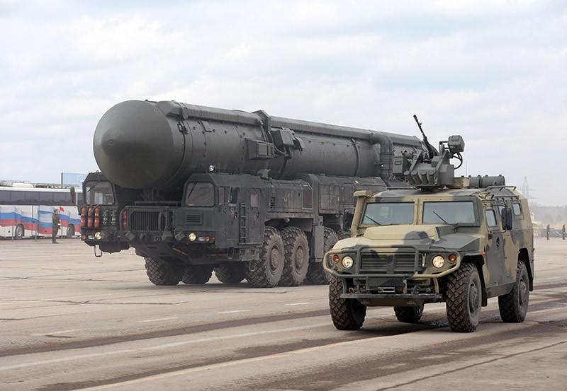 """Ракетный комплекс пятого поколения """"Ярс"""" и бронеавтомобиль """"Тигр"""""""