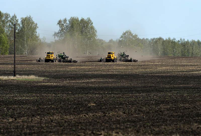 Сельскохозяйственная техника во время сева