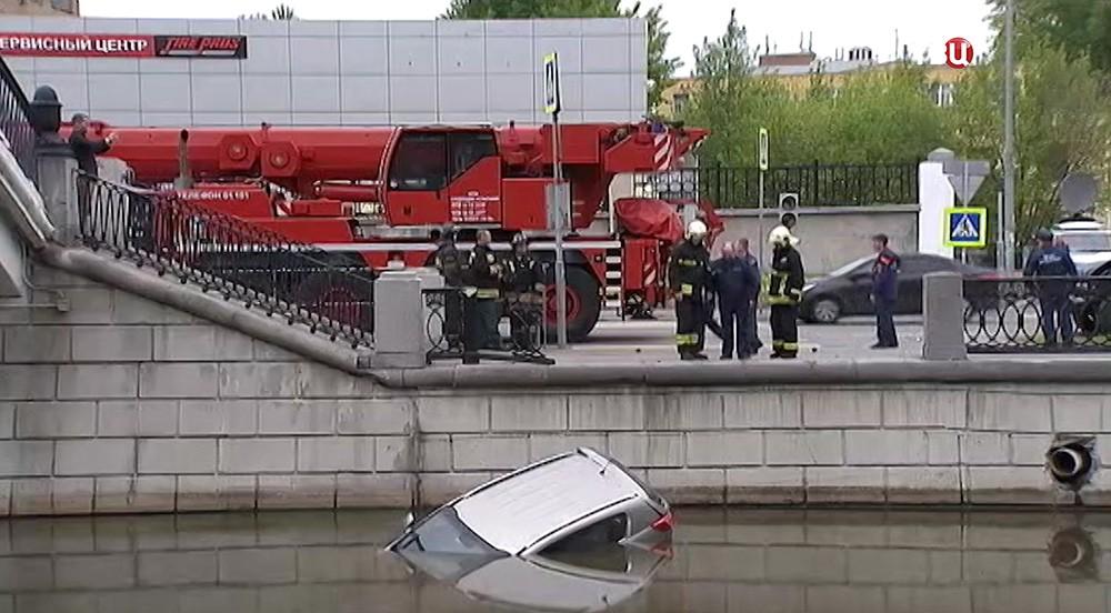 Автомобиль, упавший в реку Яуза в результате ДТП