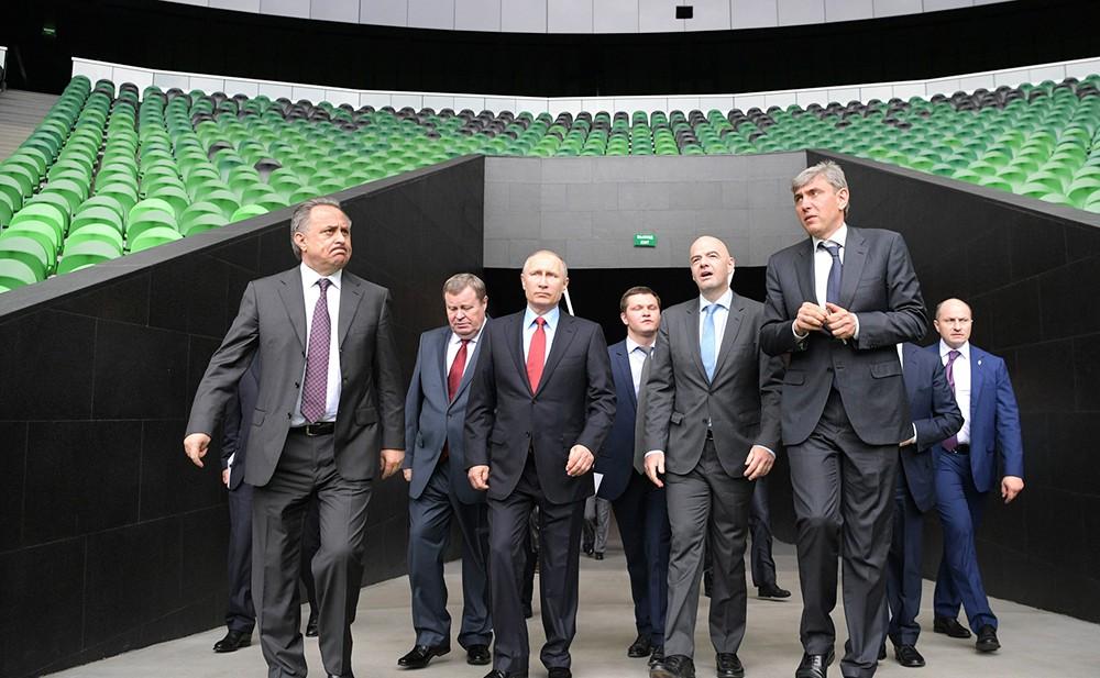 """Владимир Путин осматривает новый стадион футбольного клуба """"Краснодар"""""""