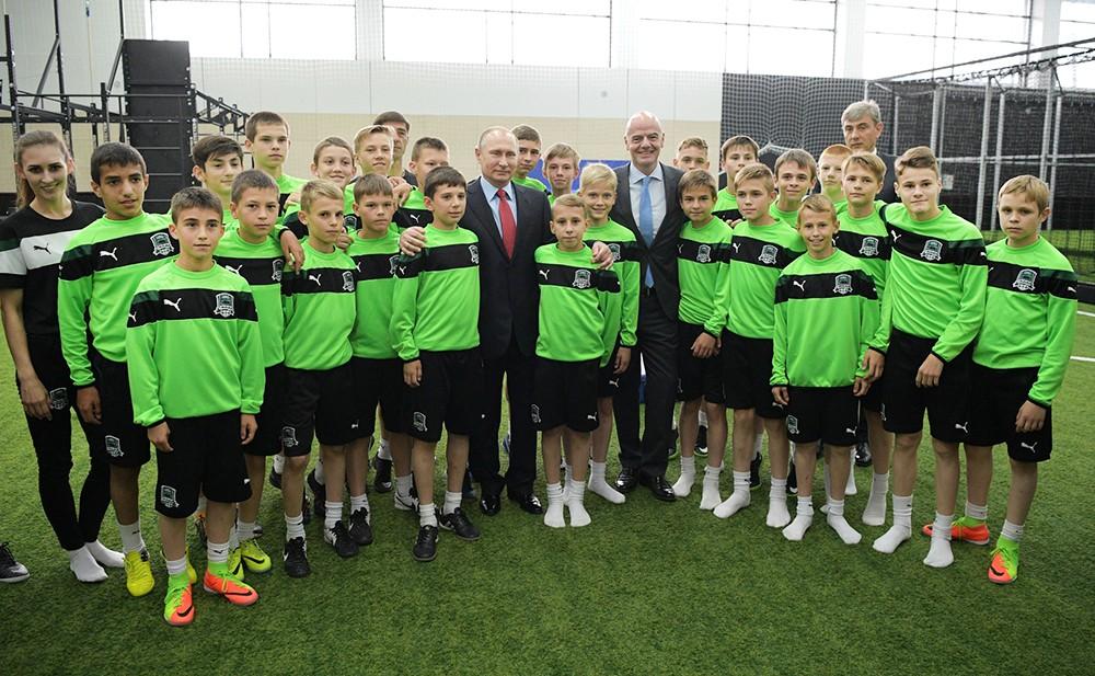 Владимир Путин посетил школу-интернат футбольного клуба «Краснодар